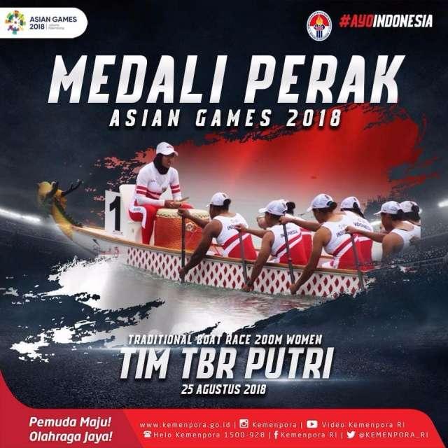 medali untuk Indonesia. Selamat buat tim Traditional Boat Race putri yang mendapatkan medali PERAK